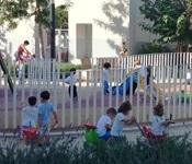 L'alumnat de l'escoleta ja disfruta del parc públic exterior