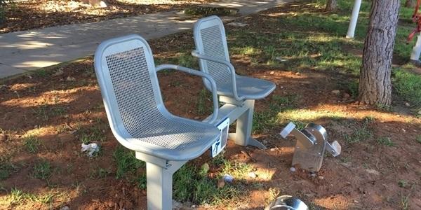 Nous aparells i bancs a parcs i jardins