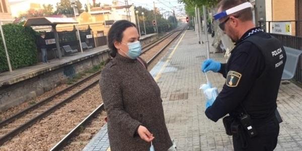 La Policia Local de Picanya repartix prop de 1.000 mascaretes a l'estació de Metro