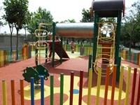 Instal·lació de paviment de seguretat sota els Jocs Infantils dels parcs municipals 8