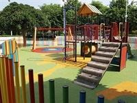 Instal·lació de paviment de seguretat sota els Jocs Infantils dels parcs municipals 2