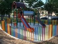 Instal·lació de paviment de seguretat sota els Jocs Infantils dels parcs municipals 9