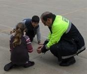 La policia local forma als escolars en l'ús responsable de pirotècnia